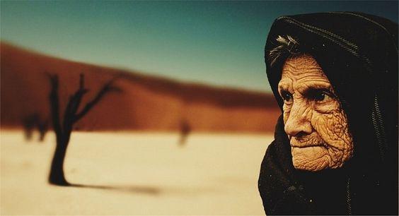 قصة كفاح عجوز في تربية وحيدها