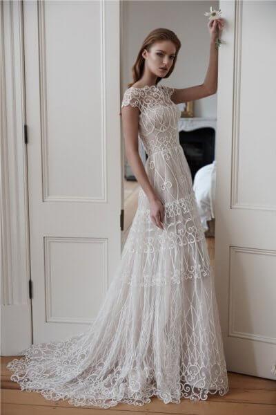 الفساتين المناسبة للعروس ذات الاكتاف العريضة