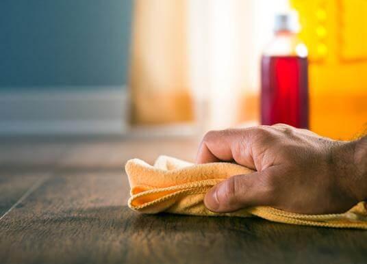 اهم الطرق للحفاظ على الخشب وقت التنظيف.