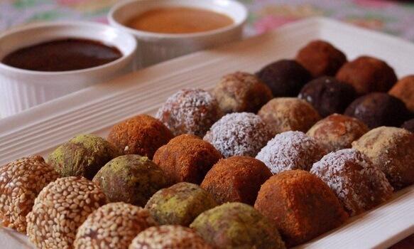طريقة تحضير حلويات التمرية الشهية وإضافة الصوصات لها