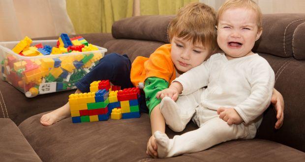 تعرفي على أسباب الغيرة عند الأطفال وأفضل الطرق للتعامل معها