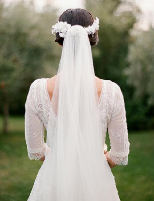 الملكة طرحة الزفاف جزء لا يتجز أ من إطلالة العروس الأنيقة