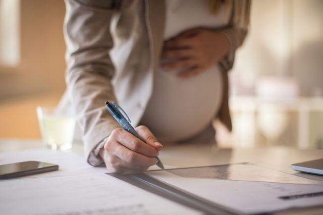 أي وظيفة أختار، الحمل أم العمل؟ إليك أهم النصائح !