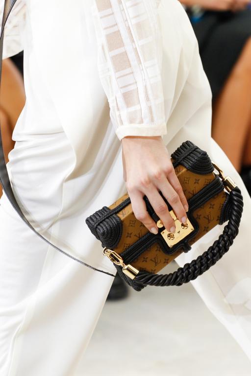 الحقيبة المكعبة تعود من جديد لإطلالة عصرية من عبق الماضي