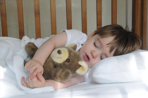 نوم القيلولة يحسن من أداء طفلك وقدرته اللغوية