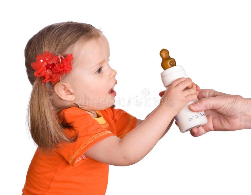 متى يتوقف الطفل الرضيع عن رضاعة الزجاجة وكيف نفعل ذلك؟