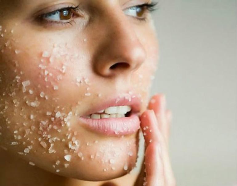 خلطات فعالة للتخلص من الجلد الميت في البشرة.