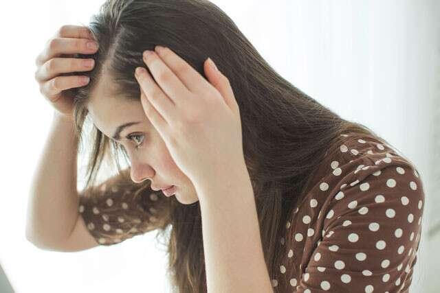 شعرك يتساقط وهناك مساحات خالية برأسك ! إليكِ العلاج غير الجراحي !