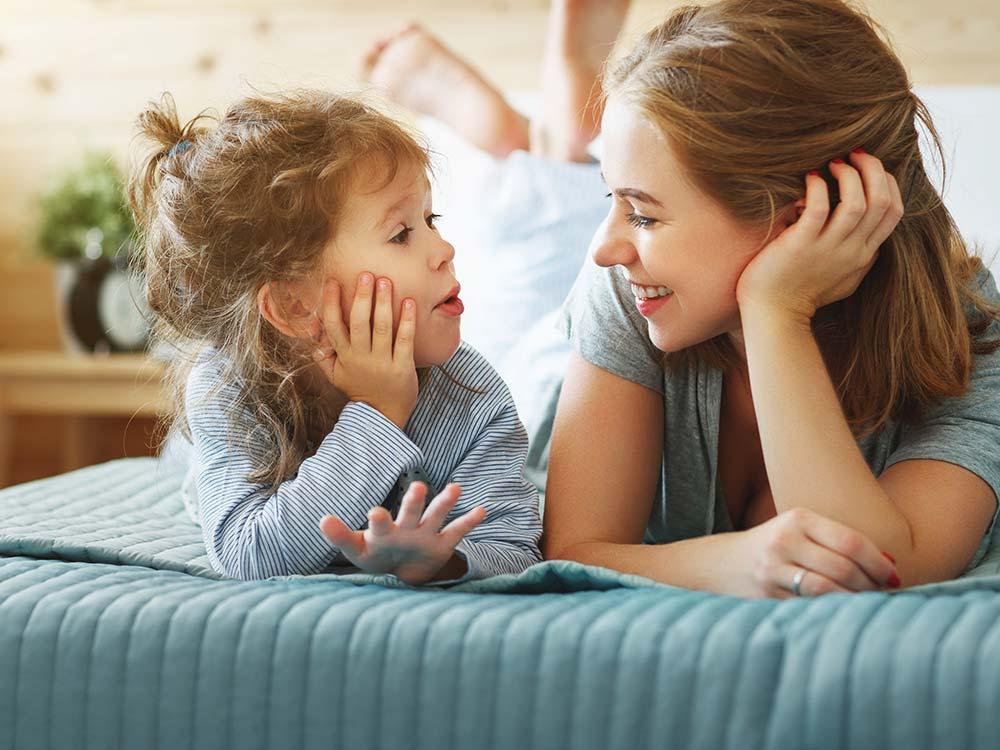 كيف تتواصلين مع طفلك؟ أهم النصائح لتحسين التواصل مع طفلك