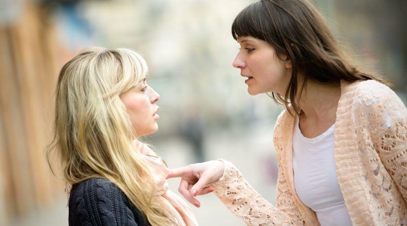 7 علامات تدل على أنه يجب عليكِ قطع علاقتكِ بصديقتكِ فورًا!