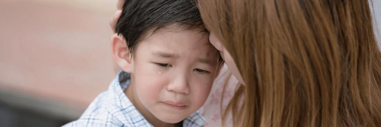 هل تعلمين أن القلق الزائد عند الطفل قد يكون مَرضي!؟ لذلك ستدعمك الملكة باستراتيجيات لتعليم طفلك كيفيه أدارة القلق بنفسه