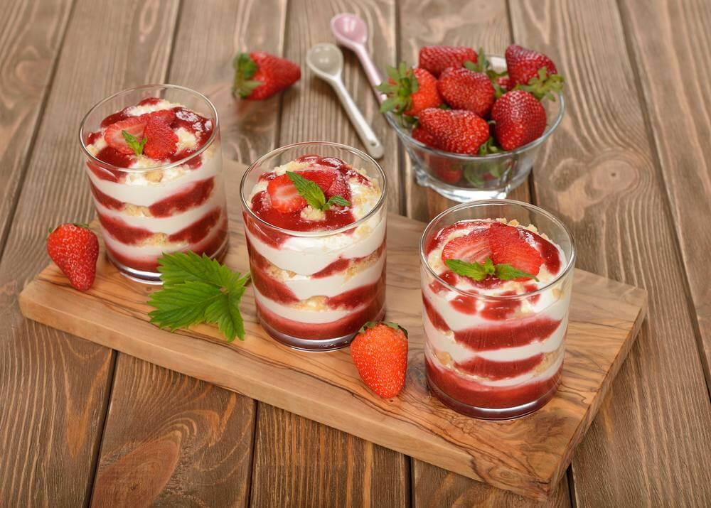 حلويات لذيذة بفاكهة الفراولة الشهية