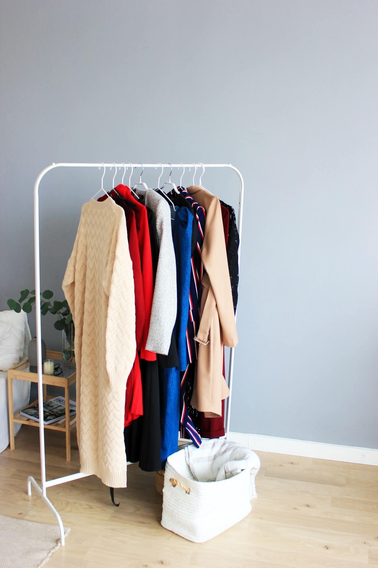 لترتيب أي خزانة ملابس ينبغي القيام بتنظيفها قبل القيام بترتيب الملابس