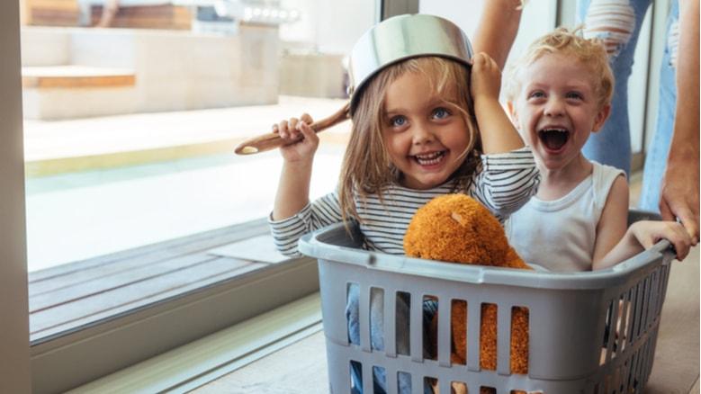 إليكِ مجموعة أفكار ممتعة للترفيه عن أطفالك في المنزل