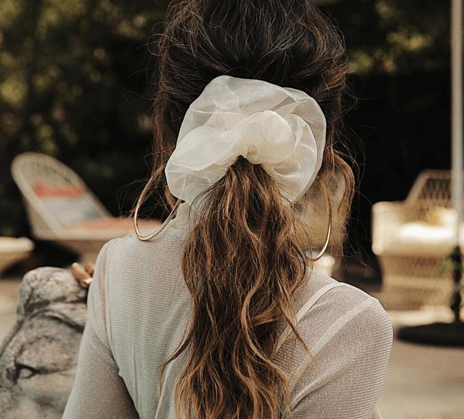 صيحة ربطة الشعر السكرنشي لمحبات الموضة