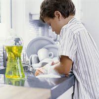 خمس خطوات ليشاركك طفلك الأعمال المنزلية