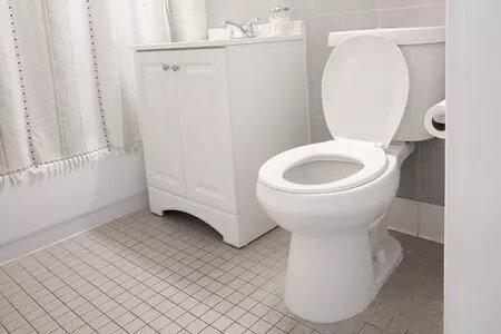 كيفية إزالة بقع الماء والصابون العنيدة في المرحاض