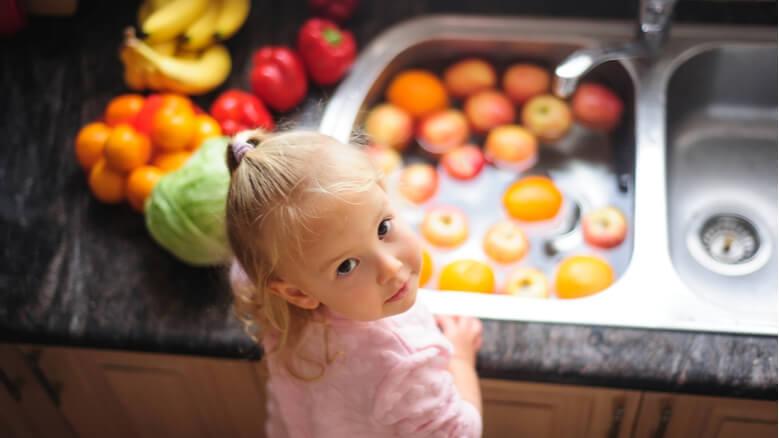 كيف تشجعين طفلك على تناول الفاكهة الطازجة والخضروات