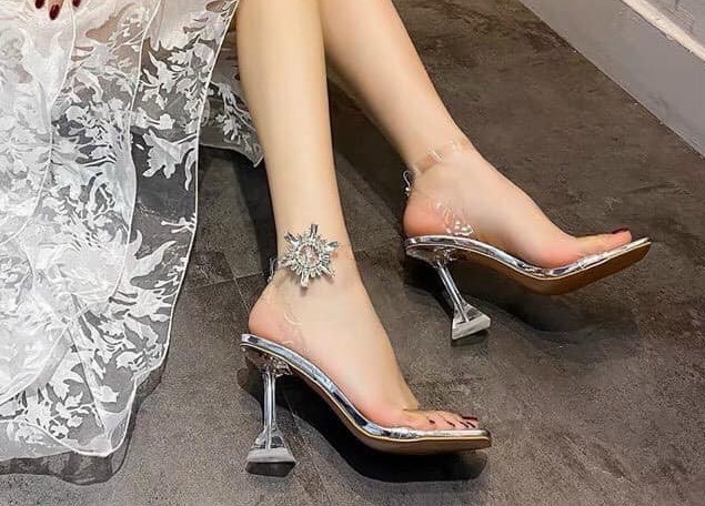 حذاء سندريلا الشفاف يعود من جديد